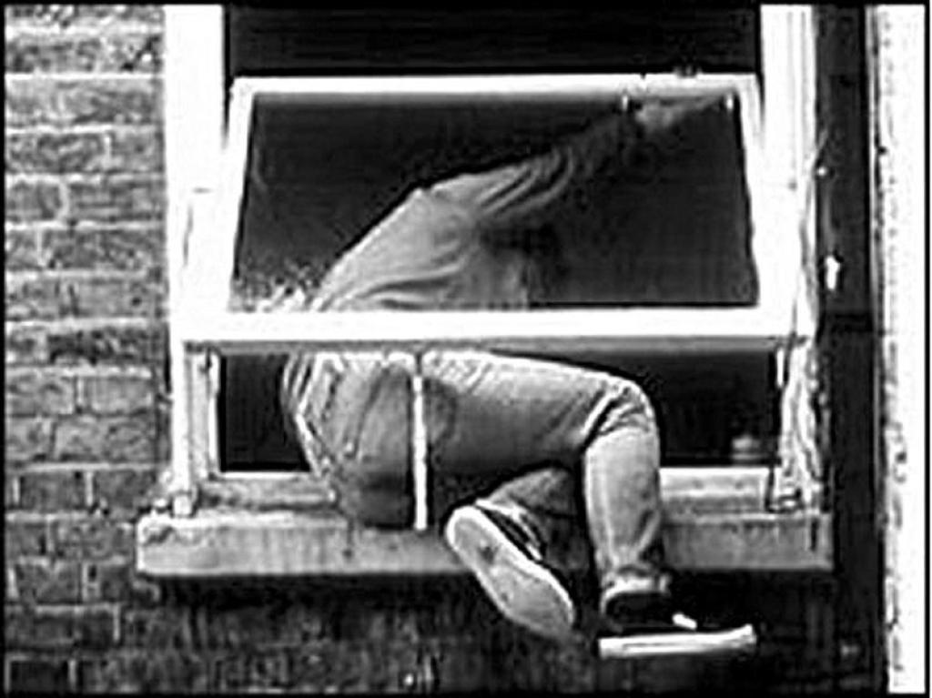 вор застрял в окне