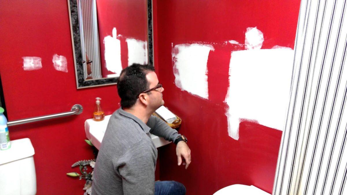 Человек, который наблюдает, как сохнет краска