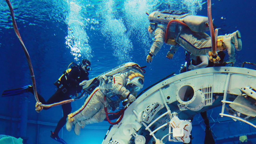 Астронавты на земле часто тренируются в плавательных бассейнах