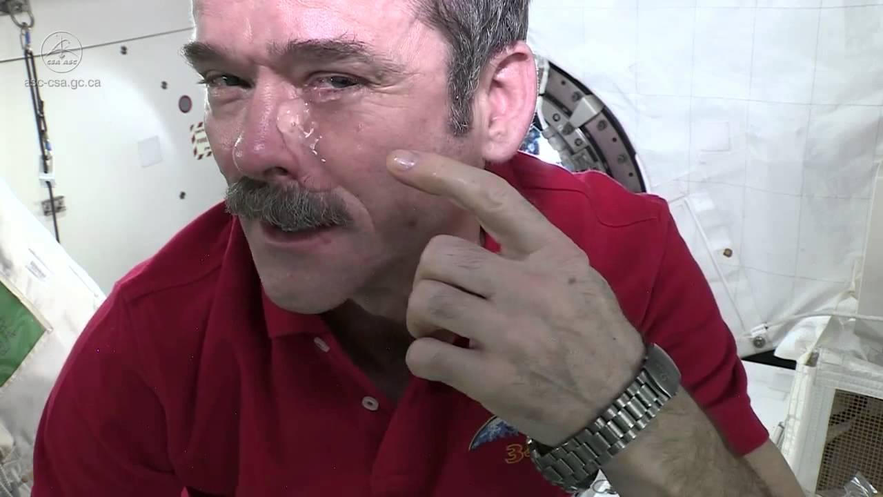 В космосе астронавты не могут плакать