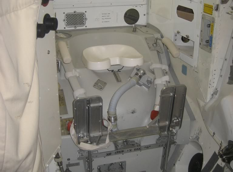 На космических кораблях есть унитазы