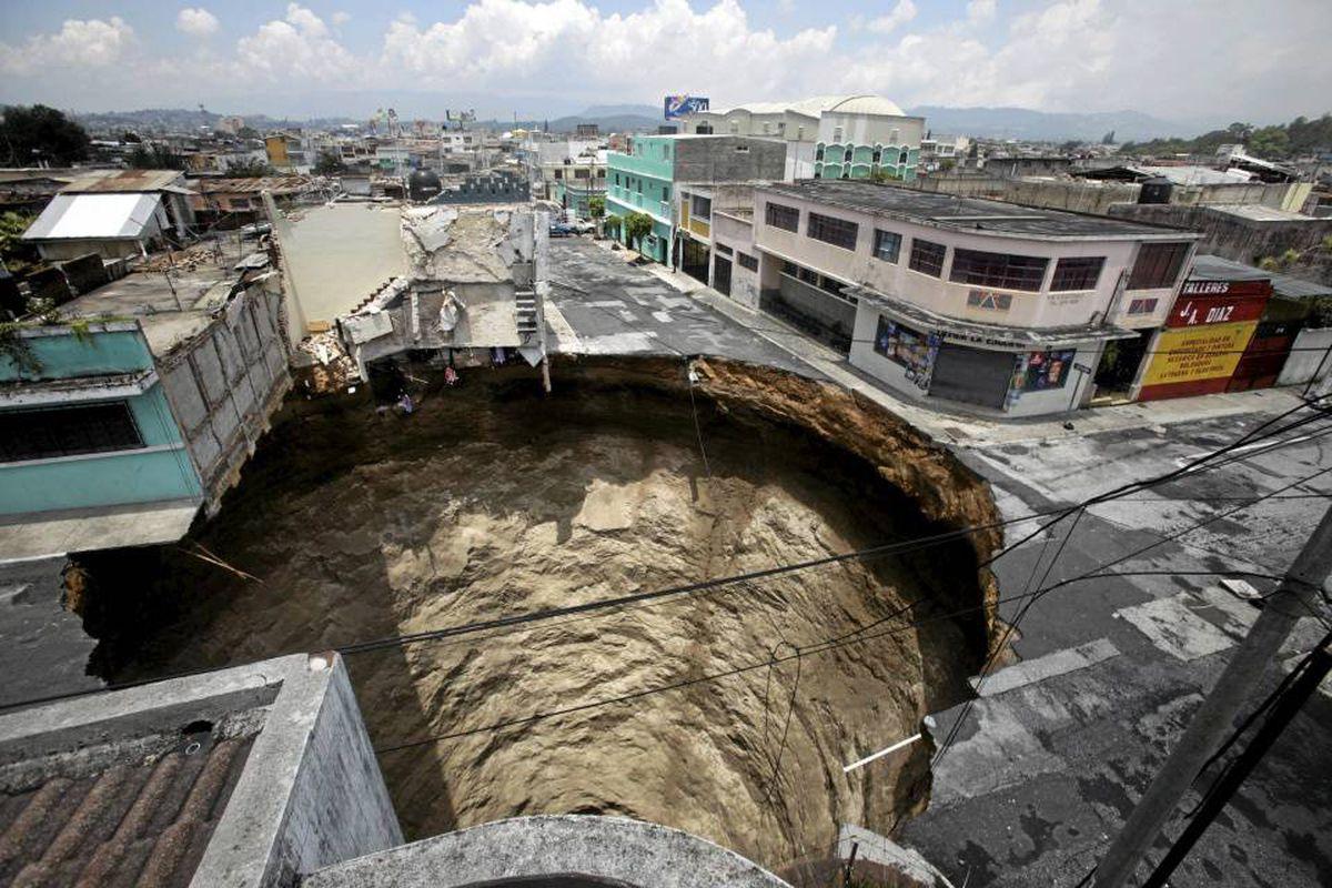 Провал посреди города в Гватемале