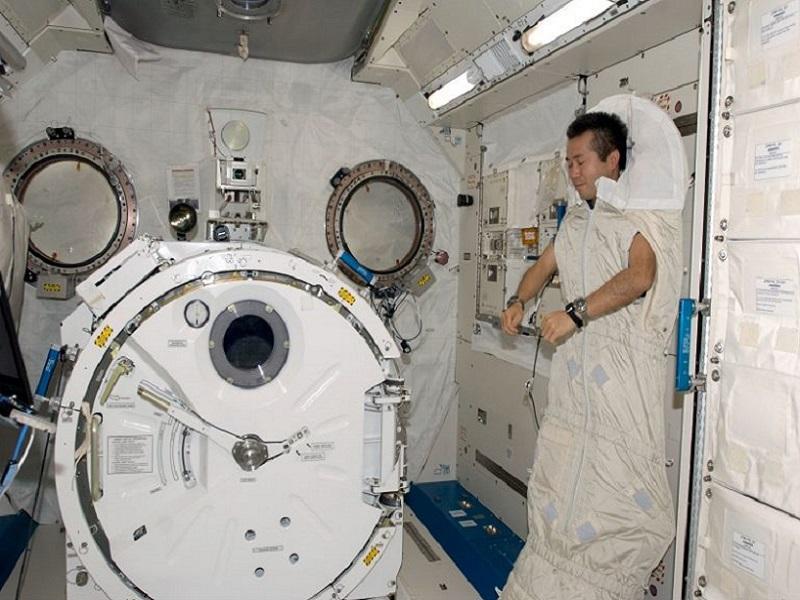 Чтобы не плавать во время сна, астронавты должны прикрепиться к стене, сиденью или