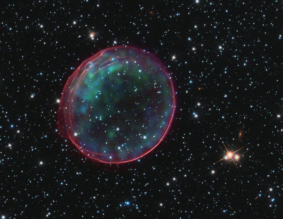 в космосе, кипяток производит один гигантский, холмообразный пузырь.