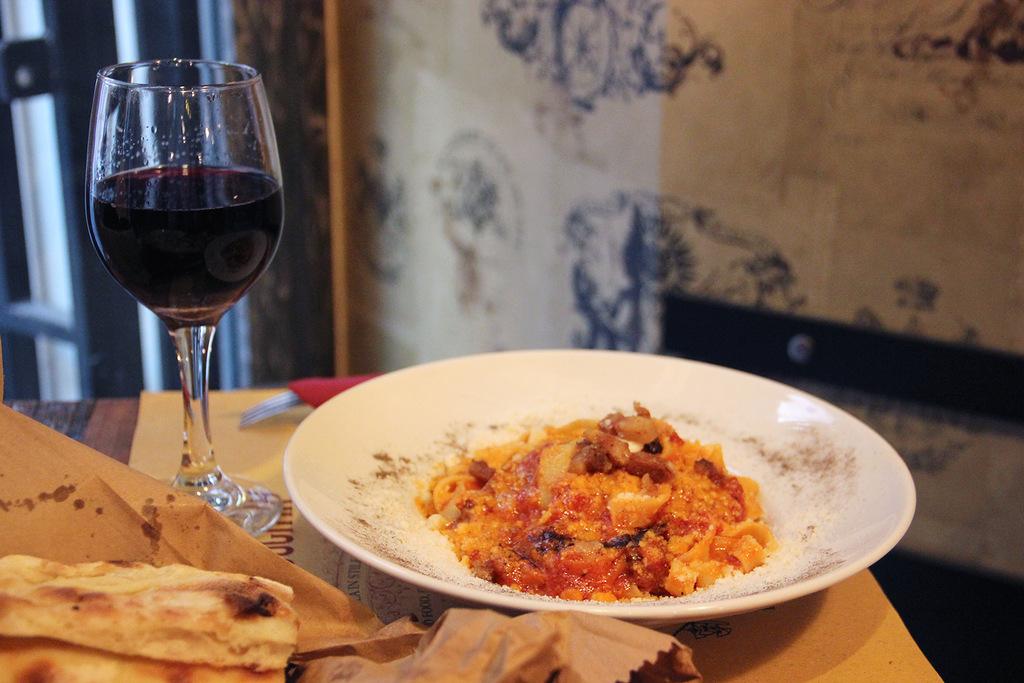 Еда в местном доме в Риме