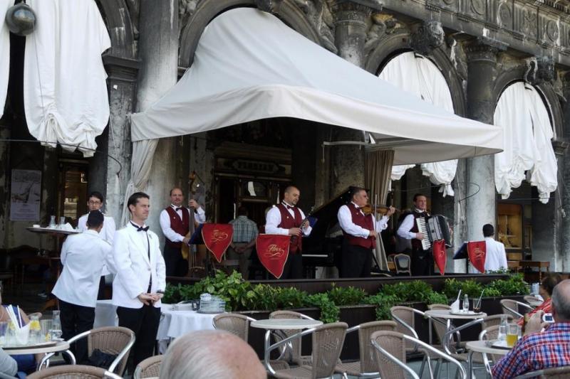 Еда на площади венеции