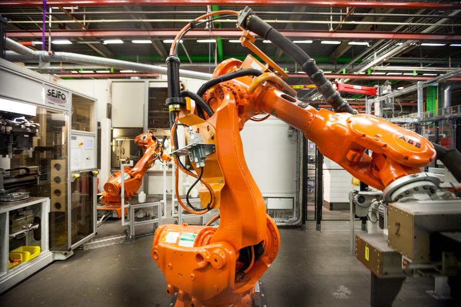 Робот напал на рабочего завода в Швеции