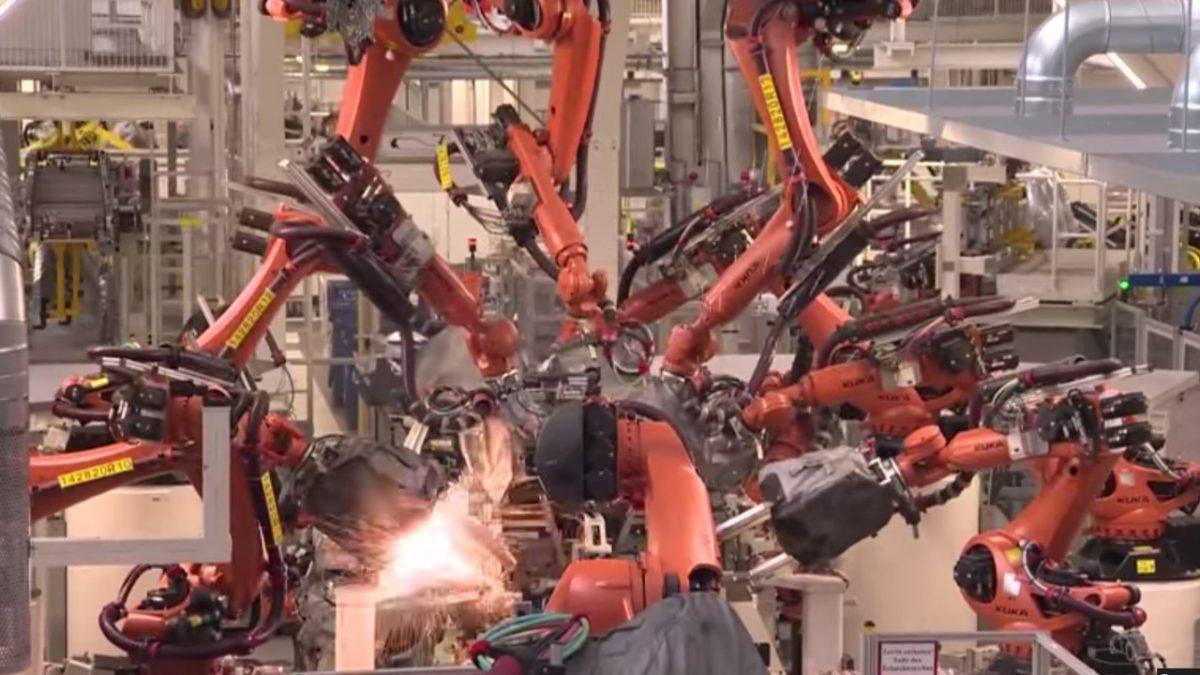 Робот схватил и раздавил человека, работающего на заводе VW
