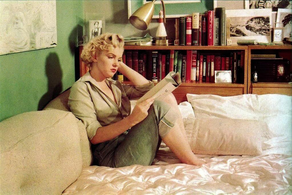 мэрилин монро читает