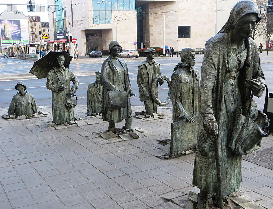 Памятник неизвестному прохожему, Эрзи Калина, Вроцлав, Польша