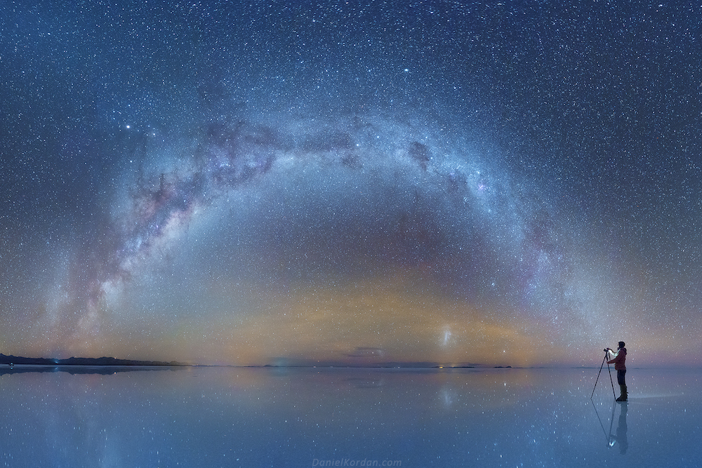 Усыпанное звездами ночное небо окрашивает солончаки в голубые оттенки.
