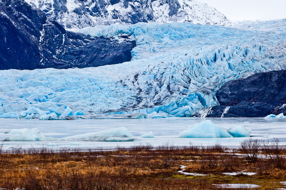 Ледяные пещеры Менденхолл возле Джуно, Аляска
