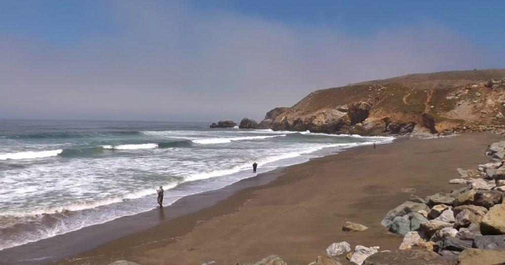 Коричневый пляж
