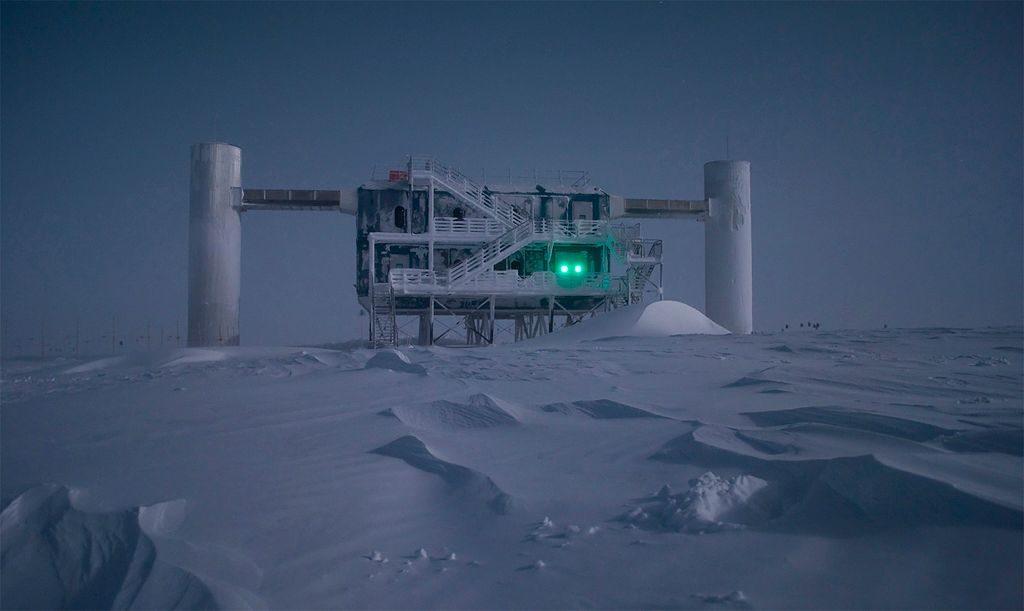Внеземные нейтрино в Антарктиде