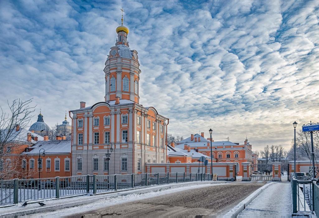 Наслаждайтесь красочным Александро-Невским монастырем