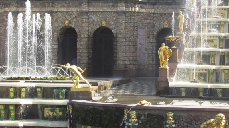 Полюбуйтесь фонтанами в Петергофе
