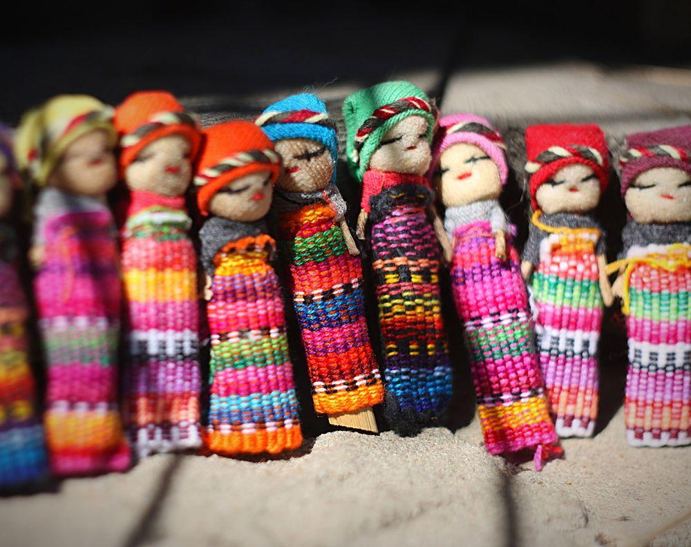 Люди спят с куклами беспокойства в Гватемале