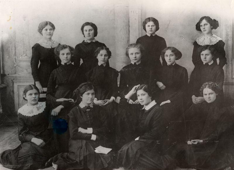 выпускницы женской гимназии, 1910.