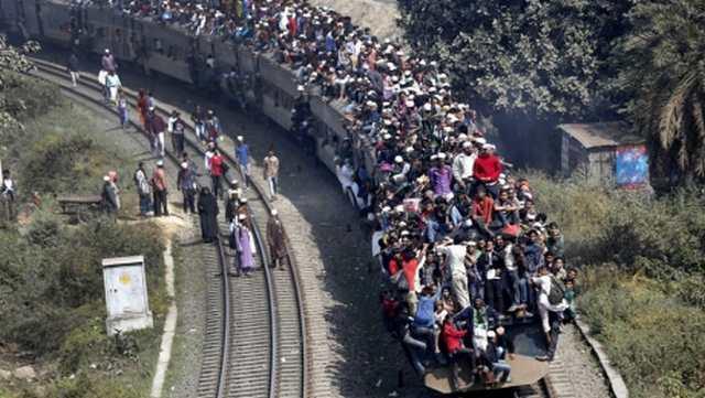 Поезда, набитые людьми в Индии