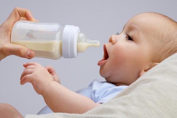 Не подавайте ребенку молоко из бутылочки