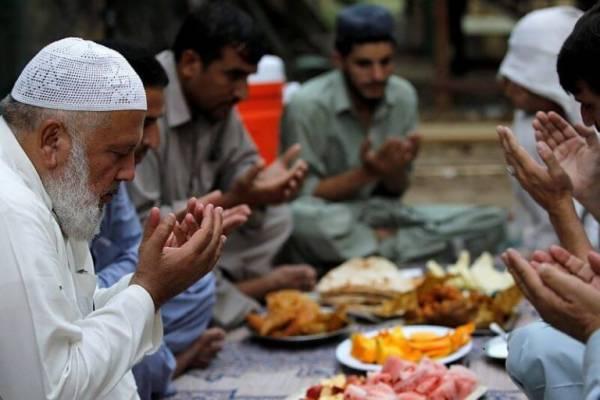 Нельзя ронять еду у мусульман