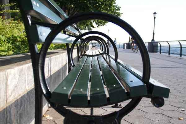 Подлокотники на скамейках